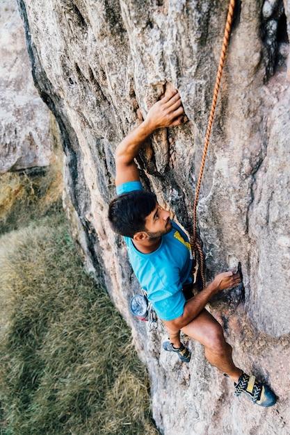 Sportlicher mann klettert Kostenlose Fotos