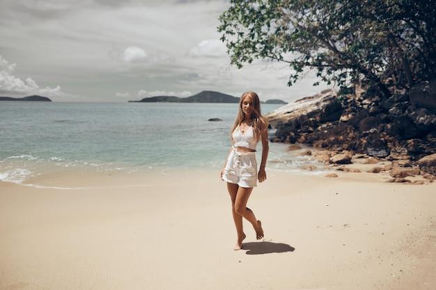 Sportliches mädchen spaß am strand Premium Fotos