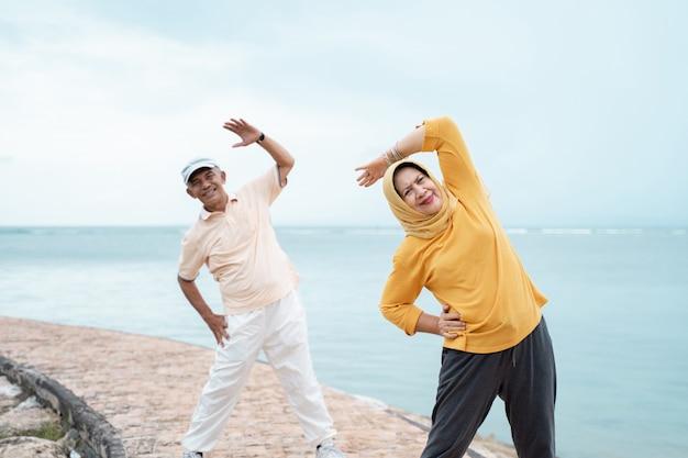 Sportliches training für frauen und männer und sport im freien Premium Fotos