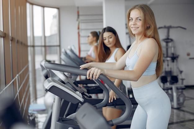 Sportmädchen, die in einer morgenturnhalle ausbilden Kostenlose Fotos