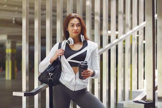 Sportmädchen in sportkleidung in einer stadt Kostenlose Fotos
