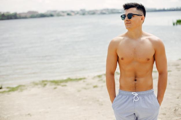 Sportmanntraining auf einem strand Kostenlose Fotos