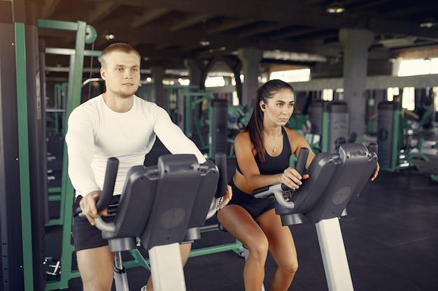 Sportpaar in einem sportbekleidungstraining in einem fitnessstudio Kostenlose Fotos