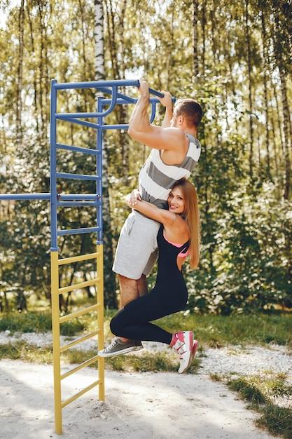 Sportpaare in einem morgensommerpark Kostenlose Fotos
