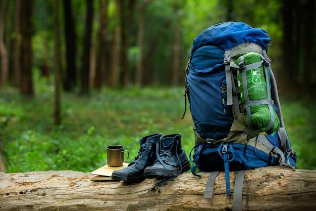 Sportschuhe und rucksack färben blau auf dem bauholz im wald Premium Fotos