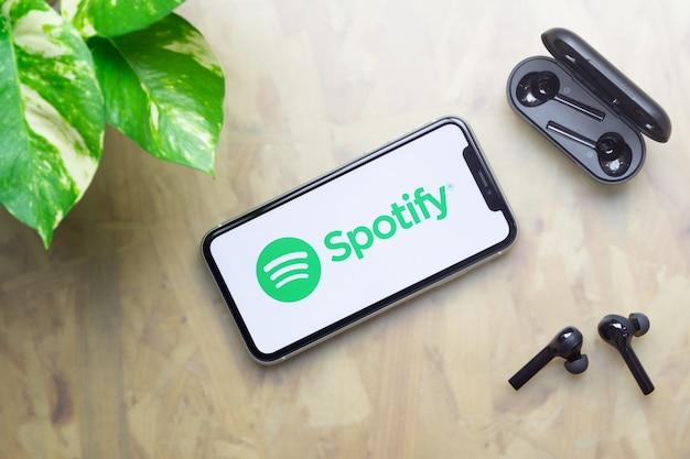 Spotify-logo-anzeige auf dem iphone mit bluetooth-kopfhörern Premium Fotos