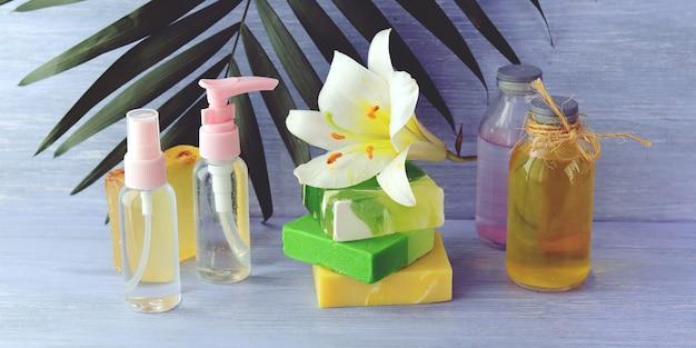 Spray, nützliche tinkturen, natürliche seife und frühlingsblume, körperpflegeprodukte für zu hause Premium Fotos