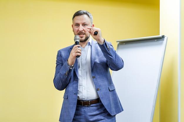 Sprecher auf dem podium. leute im konferenzsaal. Premium Fotos