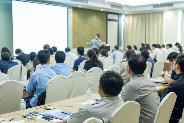 Sprecher auf der bühne mit rückansicht des publikums im konferenzsaal oder in der seminarsitzung Premium Fotos