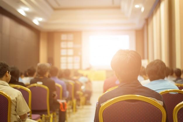 Sprecher auf der bühne und gespräch bei geschäftstreffen. Premium Fotos