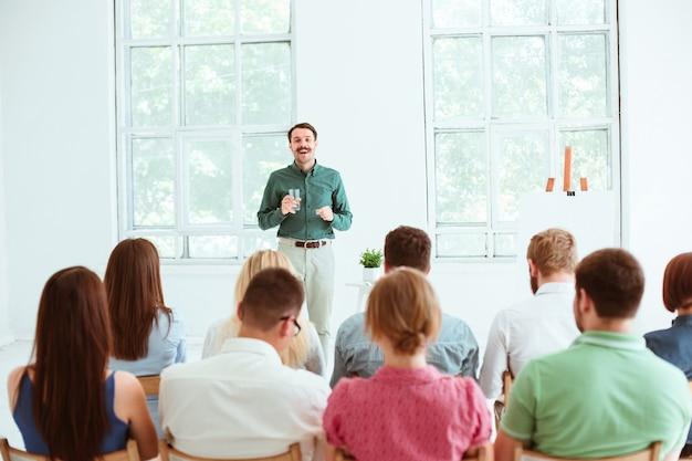 Sprecher beim geschäftstreffen im konferenzsaal. Kostenlose Fotos