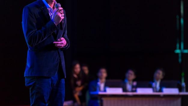 Sprecher, der ein gespräch im konferenzsaal am geschäftsereignis gibt. publikum im konferenzsaal. Premium Fotos