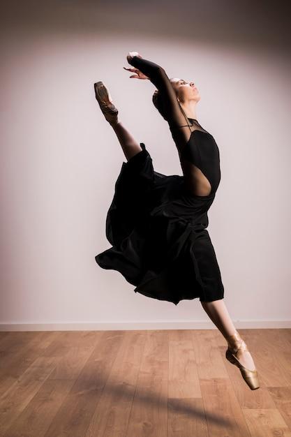 Springende haltung der seitenansichtballerina Kostenlose Fotos