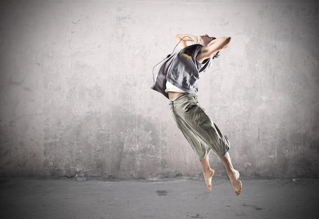 Springender sportlicher tänzer Premium Fotos