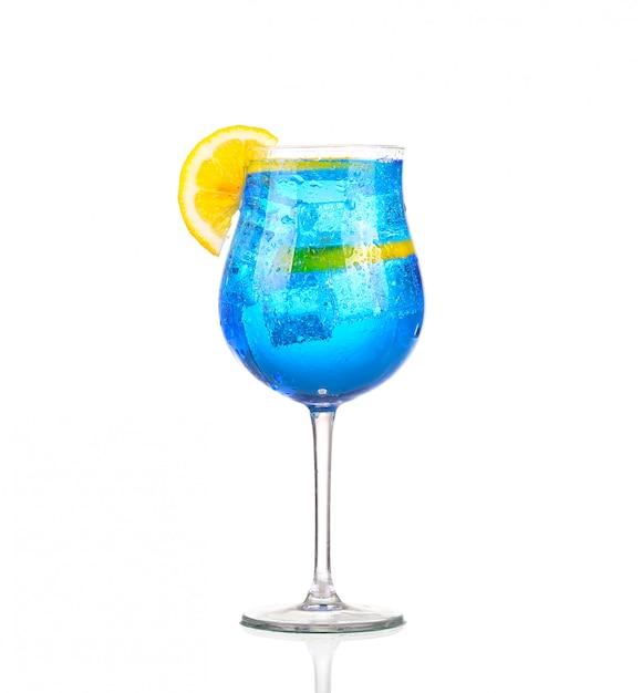 Sprite trinkt mit funkelndem soda und eis in glas isoliert auf weiß Premium Fotos
