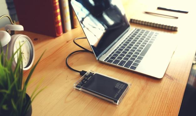 Ssd und laptop, solid-state-laufwerk mit sata-anschluss von 6 gb Premium Fotos