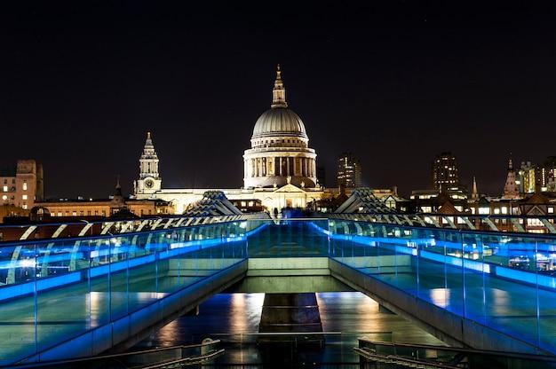 St. paul cathedral und millennium bridge in london Premium Fotos