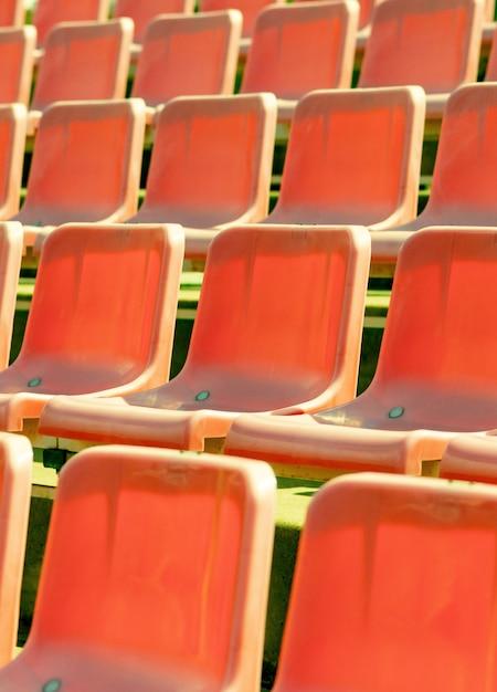 Stadionsitze, rote farbe. fußball-, fußball- oder baseballstadionstribüne ohne fans Premium Fotos