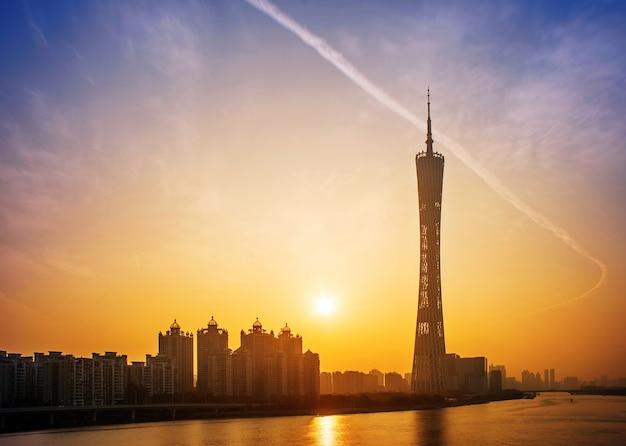 Stadt bei sonnenuntergang mit einem großen gebäude Kostenlose Fotos