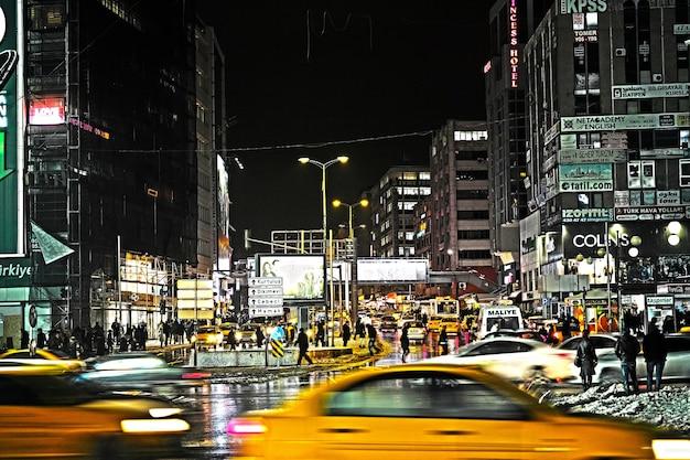 Stadt in der nacht mit taxis aus dem fokus Kostenlose Fotos