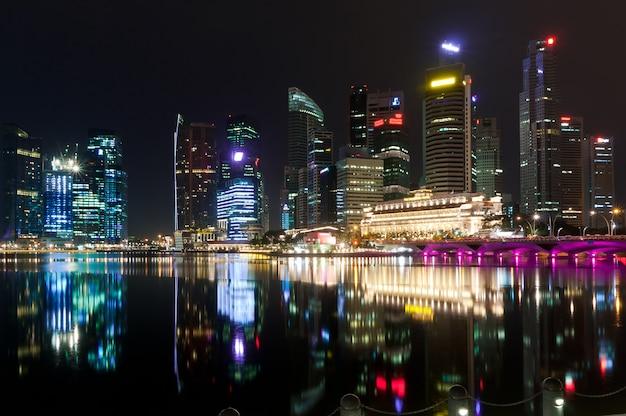 Stadt singapur in der nacht Premium Fotos