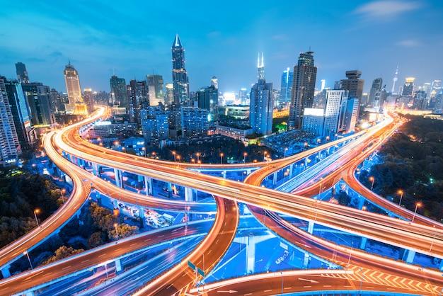 Stadtautobahnüberführung panoramisch mit shanghai-skylinen, moderner verkehrshintergrund Premium Fotos