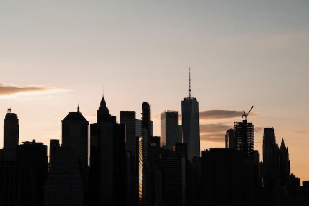 Stadtbild mit hochhäusern in der abenddämmerung Kostenlose Fotos