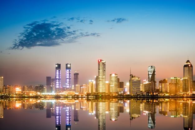 Stadtbild und skyline des im stadtzentrum gelegenen nahen wassers von chongqing nachts Premium Fotos