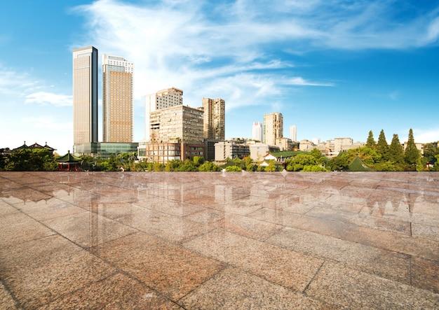 Stadtbild und skyline neuer stadt hangzhous im wolkenhimmel auf ansicht vom marmorboden Premium Fotos