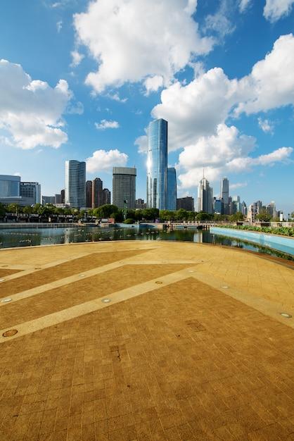 Stadtbild und skyline von shanghai von der leeren stadtstraße Premium Fotos