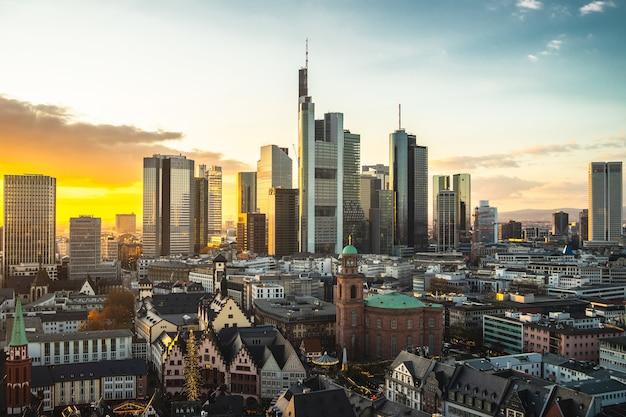 Stadtbild von frankfurt bedeckt in modernen gebäuden während des sonnenuntergangs in deutschland Kostenlose Fotos