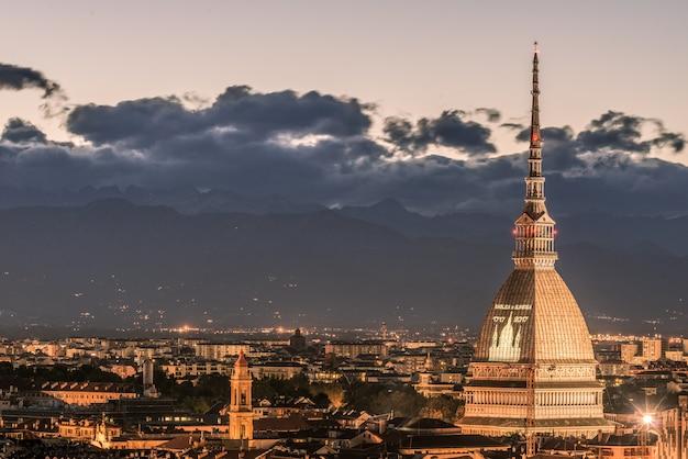 Stadtbild von turin (turin, italien) an der dämmerung mit buntem himmel Premium Fotos