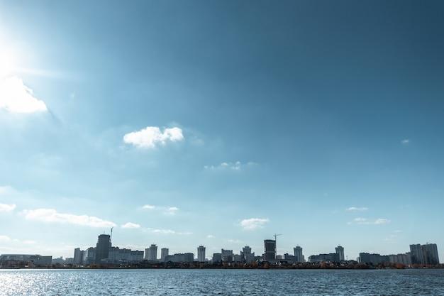 Stadtbildansicht vom fluss Premium Fotos