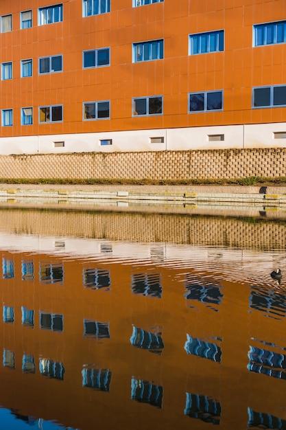 Stadtgebäude mit reflexion Kostenlose Fotos