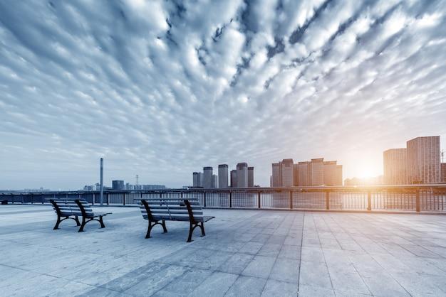 Stadtplatz mit schönen sonnenuntergang Premium Fotos