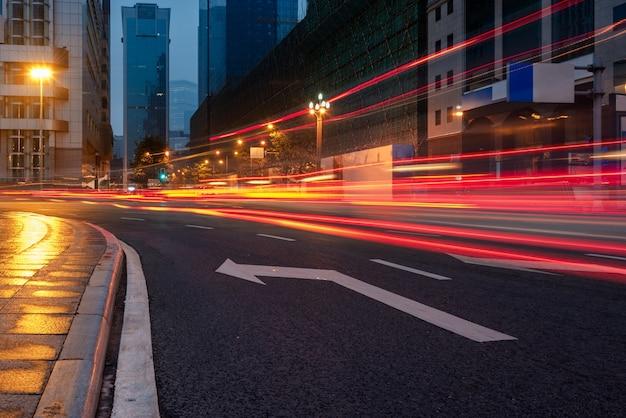 Stadtverkehrsstraße mit Stadtbild Kostenlose Fotos