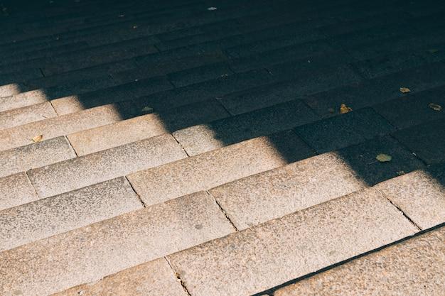 Städtische steintreppe im sonnenlicht Premium Fotos