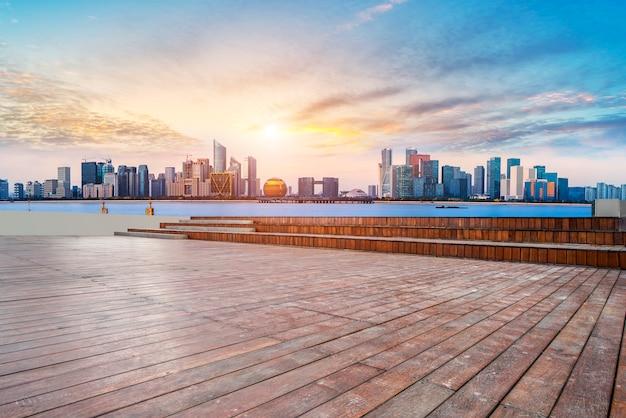 Städtische wolkenkratzer mit leeren quadratischen bodenfliesen Premium Fotos