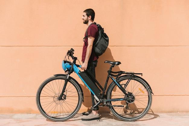 Städtischer radfahrer, der nahe bei efahrrad steht Kostenlose Fotos
