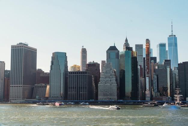 Städtisches stadtbild nahe fluss Premium Fotos