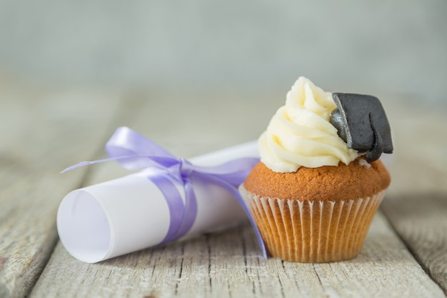 Staffelungskonzept - kleiner kuchen mit akademischer kappe Premium Fotos