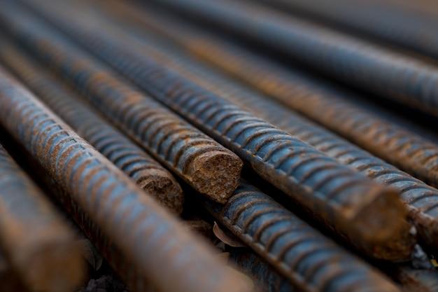 Stahl, stahlkonstruktion, konstruktionseisen für den bau, stapel aus geripptem stahl Premium Fotos