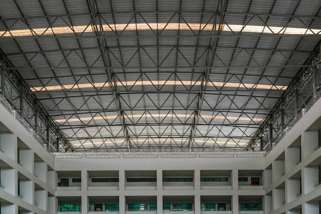 Stahldachkonstruktion unter dem dach des industriegebäudes Premium Fotos
