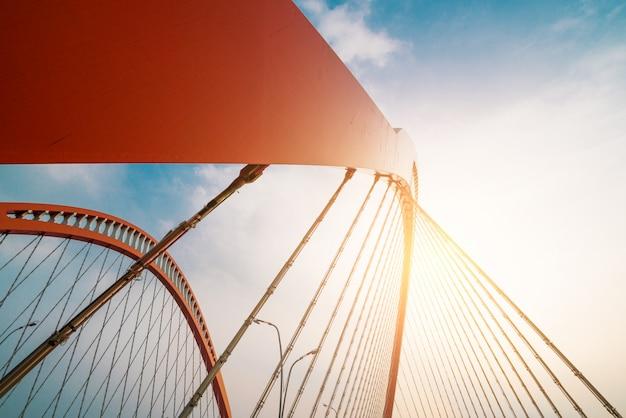 Stahlkonstruktion der roten brücke Premium Fotos
