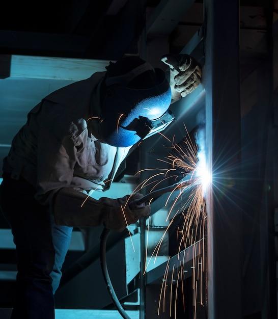 Stahlkonstruktion schweißen Premium Fotos