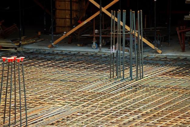 Stahlstange oder stahlstange, die durch stahldraht kreuzweise verbunden wurde Premium Fotos