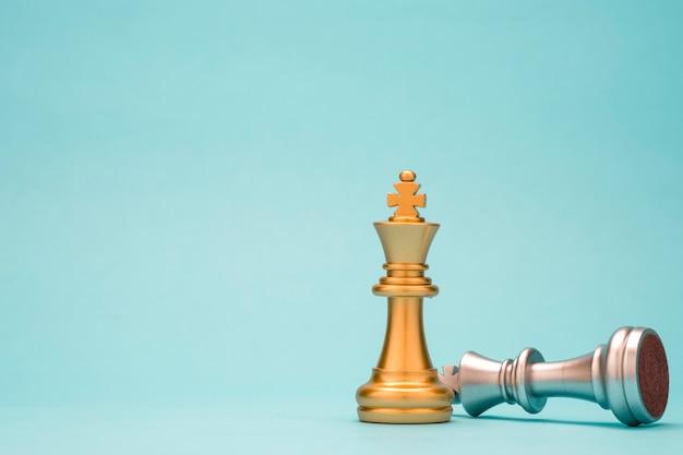 Stand des goldenen königschachs und des gefallenen silbernen königschachs. gewinner des geschäftswettbewerbs und des planungskonzepts für marketingstrategien. Premium Fotos