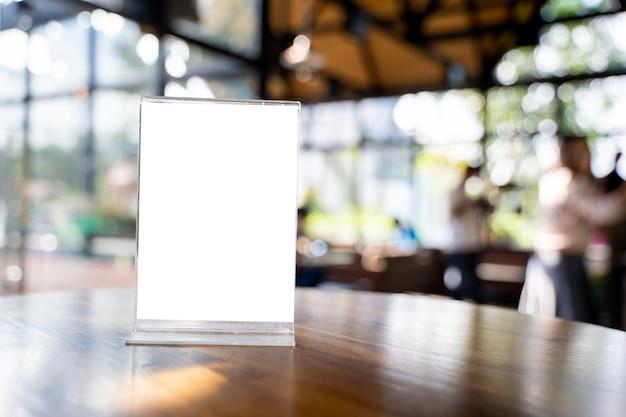 Stand mock up menürahmen zelt karte unscharfen hintergrund design key visuellen layout. Premium Fotos