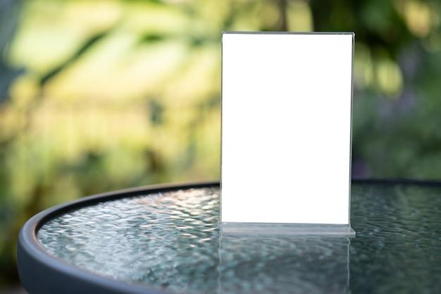 Stand mock up menürahmen zelt karte unscharfen hintergrund design key visuellen layout Premium Fotos