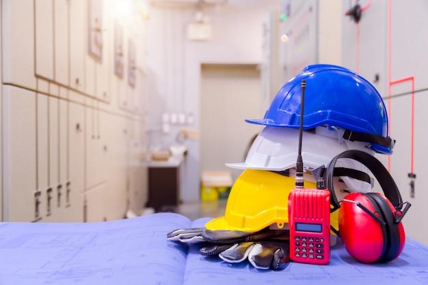 Standard-sicherheitsausrüstung im kontrollraum, bau- und sicherheitskonzept. Premium Fotos